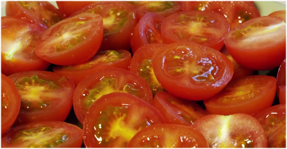 たくさんのミニトマトをまとめて一気に切る方法がかなり便利!