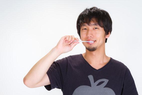 歯磨きする男性