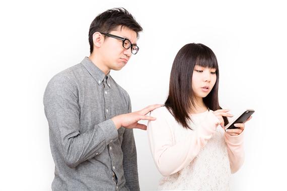 スマートフォンをイジって恋人を無視する女性