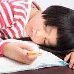 宿題中に眠る子供