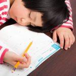 宿題やってる最中に寝ちゃう女の子