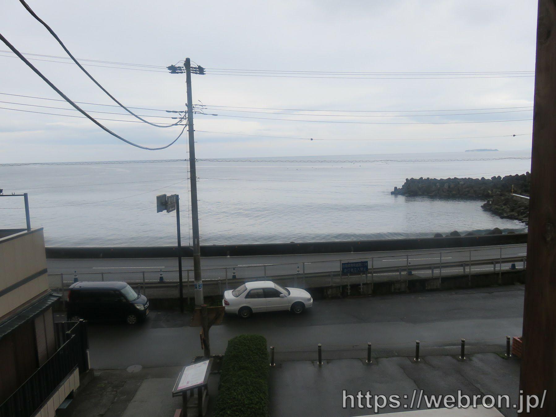 走り湯付近の足湯前の海