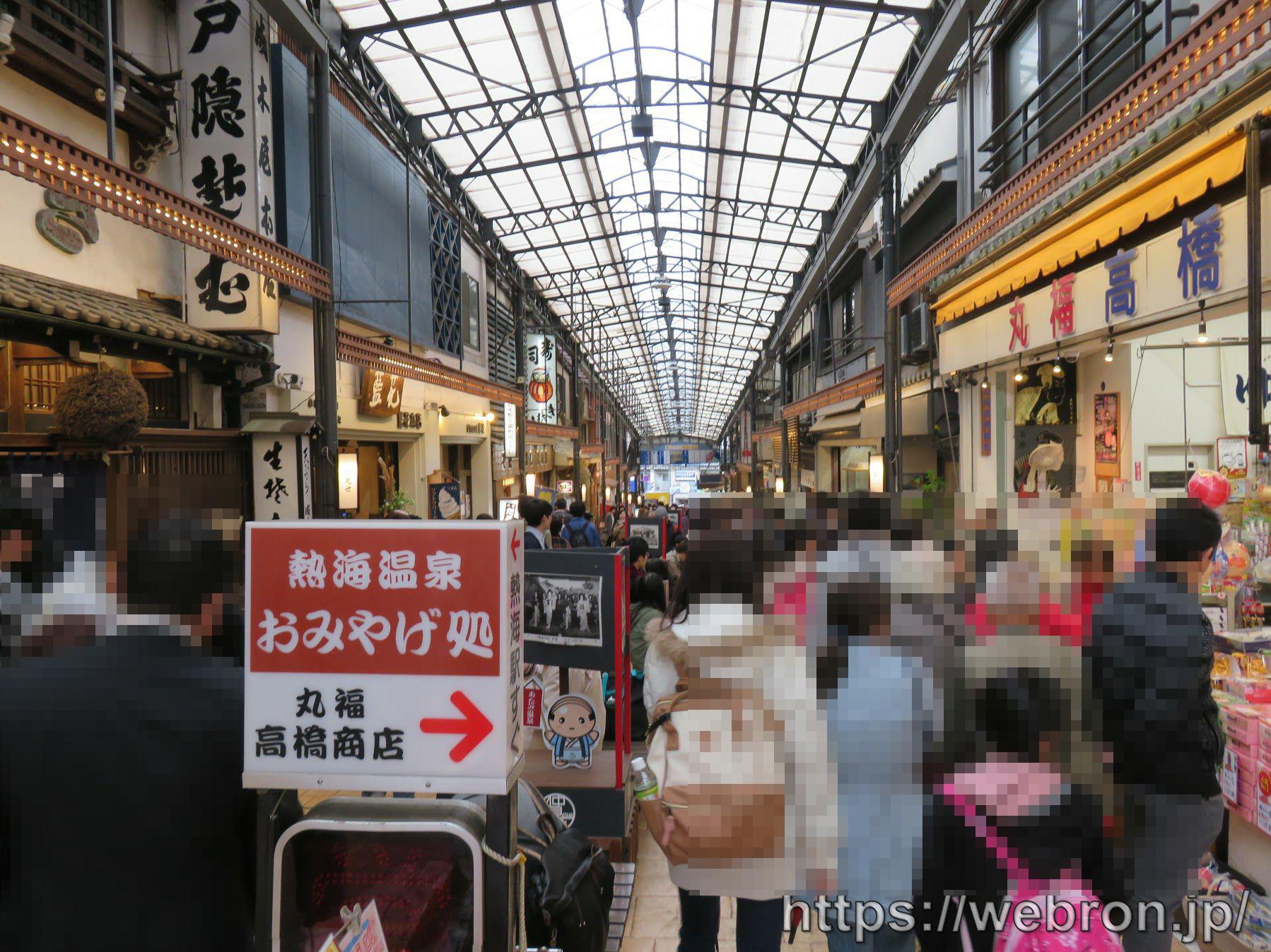 熱海駅前の商店街の人の多さ、ただしお昼時